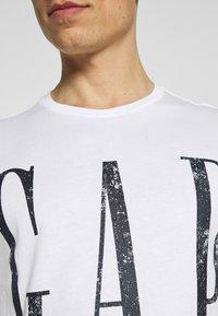 GAP - LOGO DISTRESS - Print T-shirt - white - 6