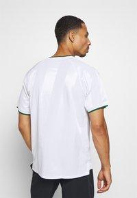 Nike Performance - Print T-shirt - white/gorge green - 2