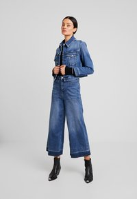 Calvin Klein Jeans - CROPPED FOUNDATION TRUCKER - Jeansjacke - iconic mid stone - 1