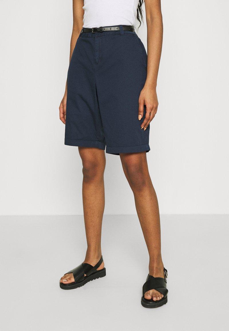 Vero Moda - VMFLASH BERMUDA BELT - Shorts - navy blazer