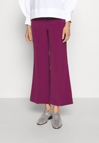 Victoria Victoria Beckham - CROPPED FLARED TROUSER - Trousers - raspberry jam - 0
