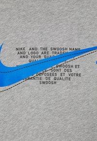 Nike Sportswear - COURT TEE - T-shirt med print - grey heather - 4