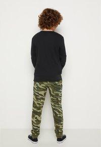 Converse - CAMO KNEE PATCH - Pantaloni sportivi - multi-coloured - 2