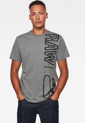 RAW VERTICAL LOGO - Print T-shirt - lt building