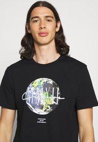 CLOSURE London - EARTH TEE - T-shirt imprimé - black - 3