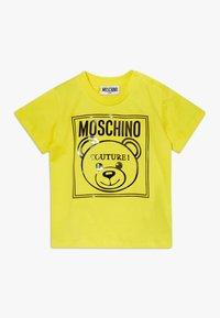 MOSCHINO - Camiseta estampada - blazing yellow - 0