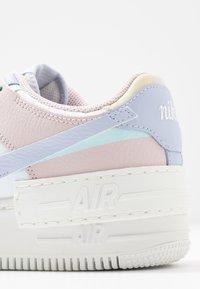Nike Sportswear - AIR FORCE 1 SHADOW - Joggesko - summit white/ghost/glacier blue/fossil/barely rose - 5