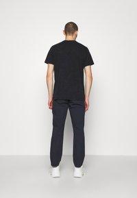 Han Kjøbenhavn - ARTWORK TEE - Print T-shirt - blue acid - 2