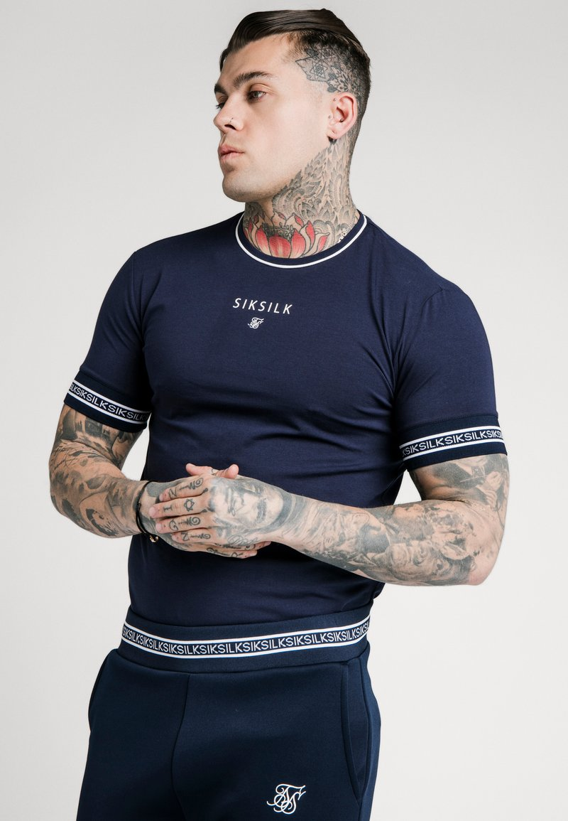 SIKSILK - ELEMENT STRAIGHT HEM GYM TEE - T-shirt con stampa - navy/white