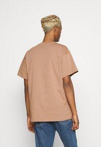Nike Sportswear - RETRO TEE - Print T-shirt - desert dust - 2