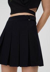 PULL&BEAR - MIT KELLERFALTEN UND SCHNALLE - Pleated skirt - black - 4