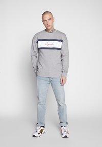 Jack & Jones - JORCUBO CREW NECK - Sweatshirt - light grey - 1