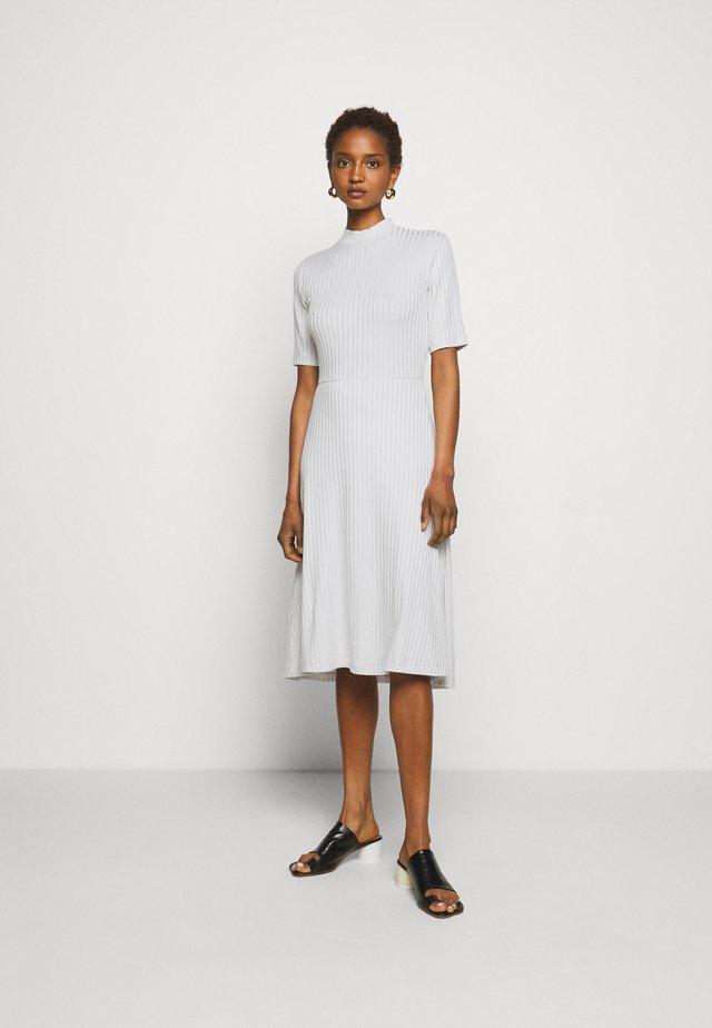 HONOR - Žerzejové šaty - vanilla