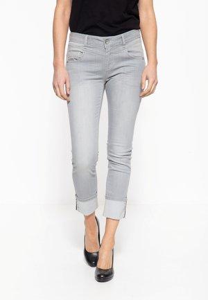 MIT LEGEREM BEINAUFSCHLAG ZOE - Slim fit jeans - hellgrau