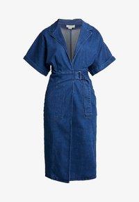 Lost Ink - UTILITY WRAP DRESS - Robe en jean - mid denim - 4
