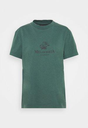ARTWORK TEE SHORT SLEEVE - Camiseta estampada - dusty green