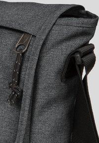 Eastpak - CORE COLORS/AUTHENTIC - Across body bag - mottled dark grey - 4
