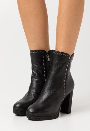 TESSI STUD PLATFORM - Kotníková obuv na vysokém podpatku - black