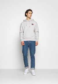 Tommy Jeans - BADGE HOODIE UNISEX - Sweat à capuche - silver grey heather - 1