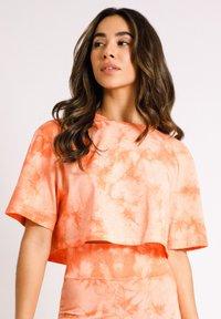 Chelsea Peers - NYC WELLNESS ORANGE TIE DYE - Camiseta estampada - orange - 1
