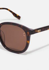 McQ Alexander McQueen - Sunglasses - havana/brown - 3