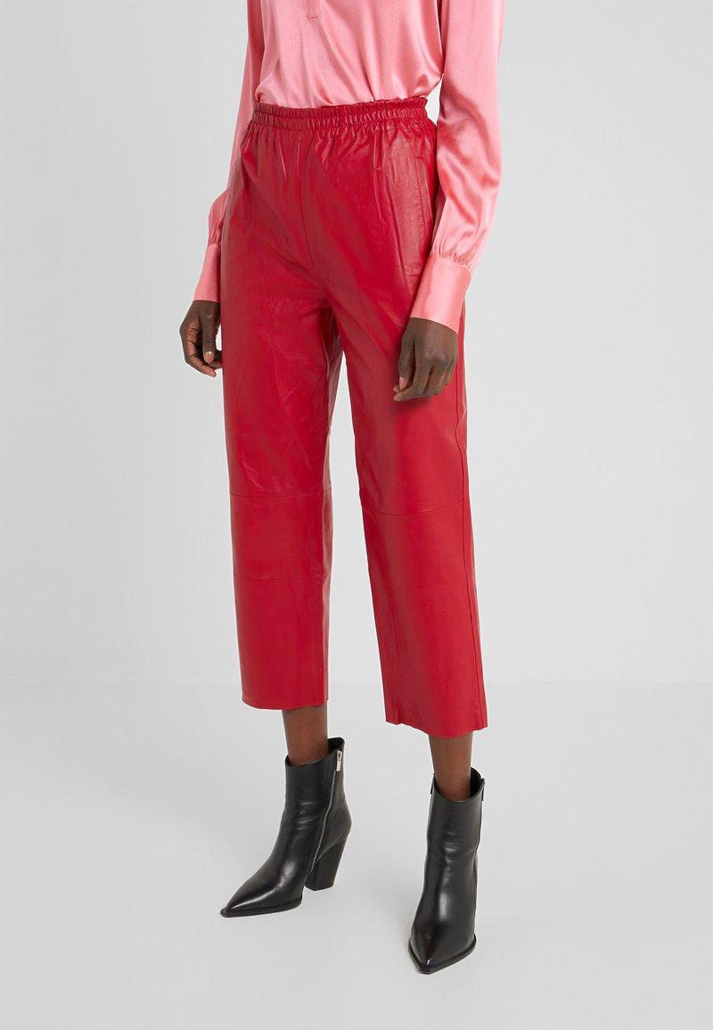 Pinko - TOAST PANTALONE - Kožené kalhoty - rosso rio
