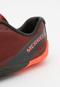 Merrell - VAPOR GLOVE 4 - Obuwie do biegania neutralne - brick - 5