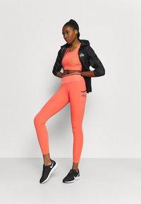Nike Performance - BRA - Reggiseno sportivo con sostegno medio - magic ember/sequoia/aluminum - 1