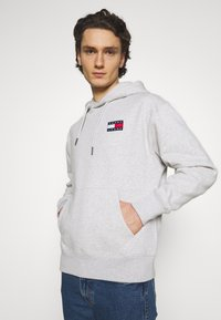 Tommy Jeans - BADGE HOODIE UNISEX - Sweat à capuche - silver grey heather - 3