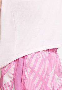 Nike Performance - ICON CLASH - Print T-shirt - rosa - 5