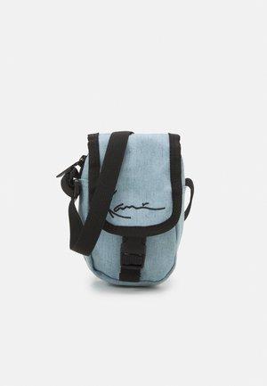 SIGNATURE MINI MESSENGER BAG - Taška spříčným popruhem - light blue