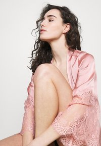 Hunkemöller - KIMONO - Dressing gown - rose tan - 3