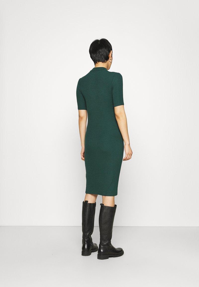 Modström - KROWN TSHIRT DRESS - Strikket kjole - bottle green