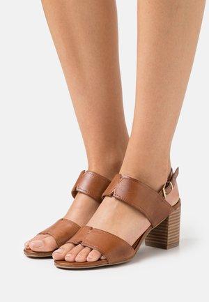 Sandals - cognac antic