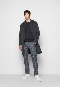 Club Monaco - SUTTON MEDIUM PLAID - Kalhoty - navy combo - 1