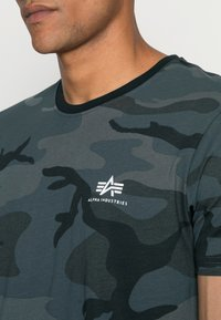 Alpha Industries - BASIC T - Basic T-shirt - black - 4