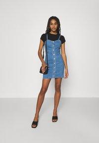 Missguided - BUTTON THROUGH CAMI DRESS - Denimové šaty - blue - 1