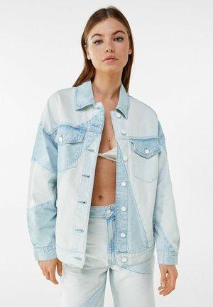 MIT KONTRASTFARBE  - Denim jacket - light blue