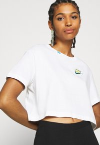 Nike Sportswear - TEE WORLDWIDE CROP - Print T-shirt - white - 5