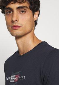 Tommy Hilfiger - LINES TEE - T-shirt med print - desert sky - 3