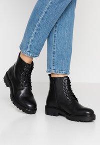 Vagabond - KENOVA - Šněrovací kotníkové boty - black - 0