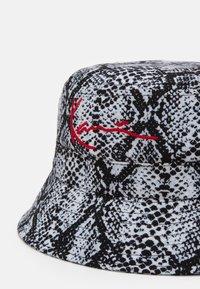 Karl Kani - SIGNATURE SNAKE BUCKET HAT  - Cappello - black/white/red - 3