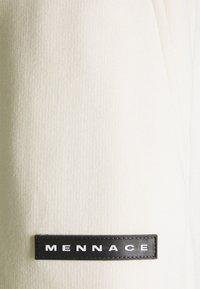 Mennace - AFTERMATH RUBBER BADGE UNISEX - Pantalon de survêtement - off white - 2