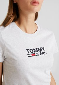 Tommy Jeans - TJW CORP LOGO TEE - T-shirts print - pale grey heather - 4