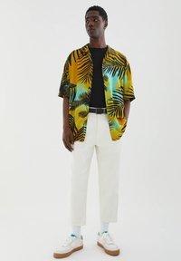 PULL&BEAR - MIT PALMEN - Shirt - yellow - 1