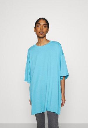 HUGE - T-shirts - blue