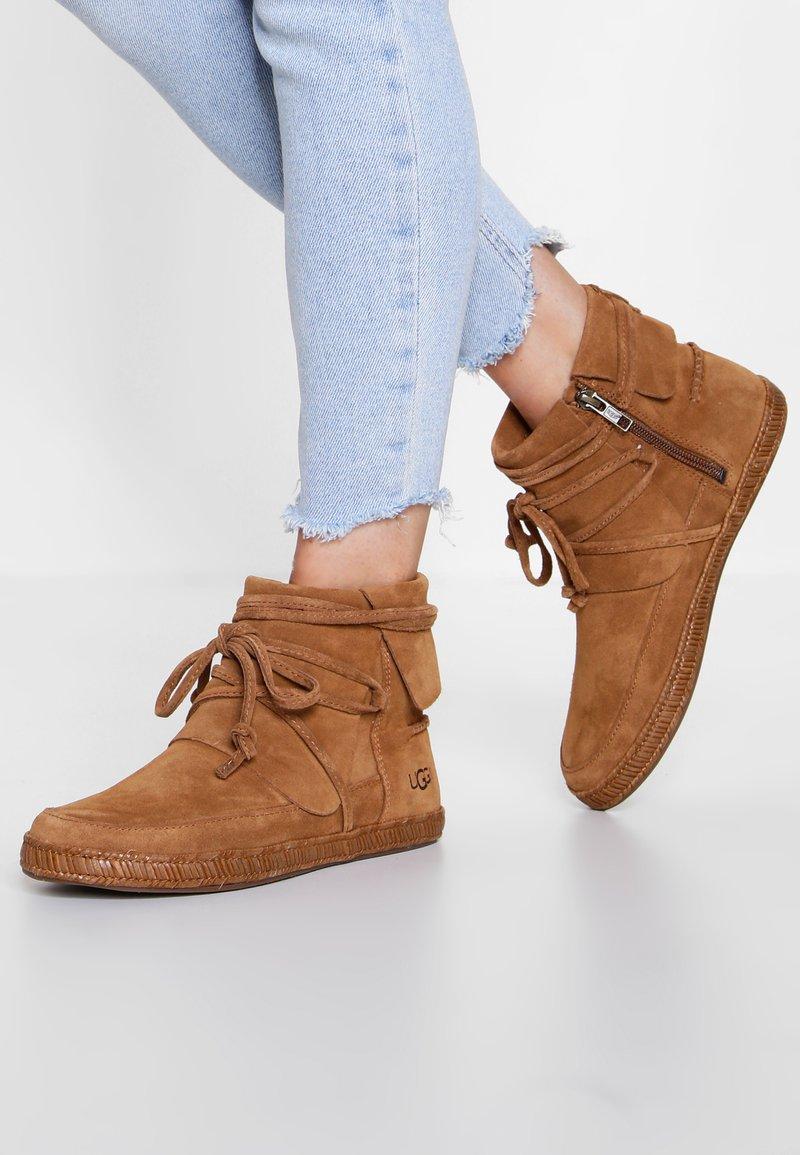 UGG - REID - Boots à talons - chestnut