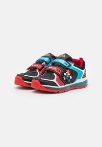 Geox - NINTENDO SUPER MARIO GEOX JUNIOR BOY - Sneakers - black/sky - 1