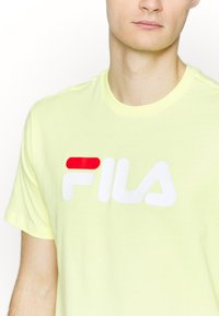Fila - PURE TEE - Print T-shirt - limelight - 5