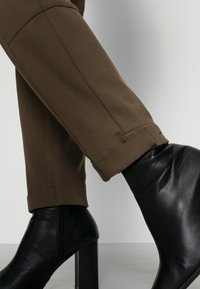 Marc O'Polo - PANTS, TRAVEL PANTS, MID RISE, TAPERED LEG, CUTLINES, DEM DETAIL - Trousers - nutshell brown - 4